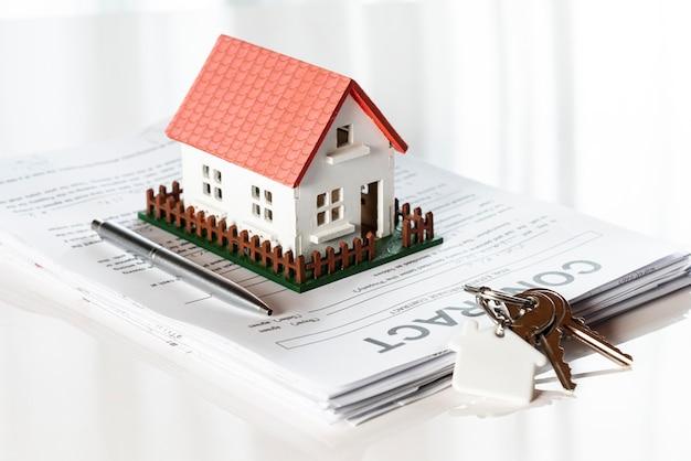 Maison Modèle Jouet Sur Une Pile De Documents Contractuels Photo gratuit