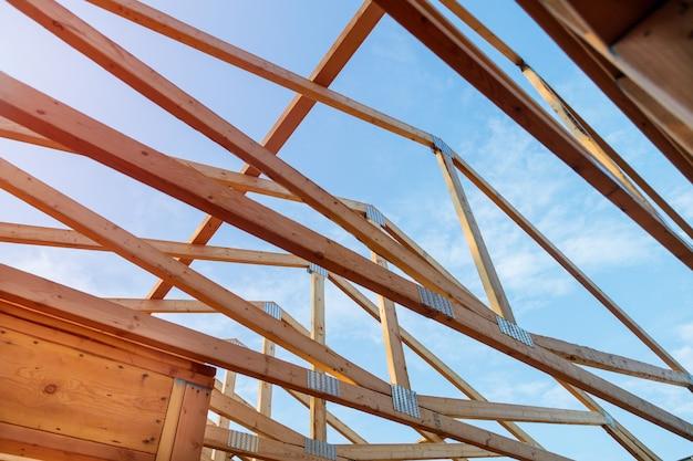 Maison neuve en construction avec charpente extérieure Photo Premium