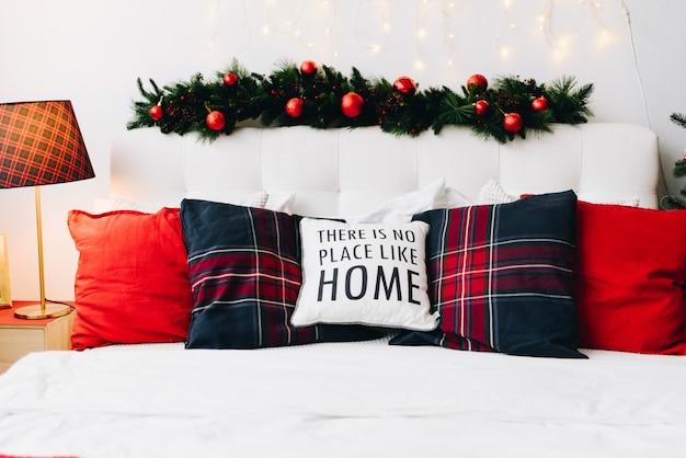Maison De Noël Très Confortable Et Moderne Avec Des Oreillers Et Des Lumières De Noël Photo Premium