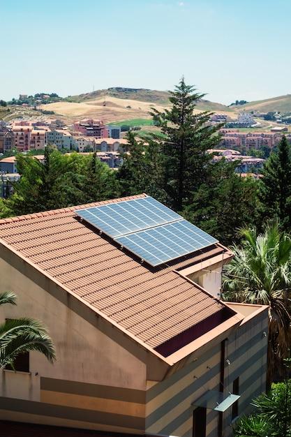 Maison avec des panneaux solaires sur le toit Photo Premium