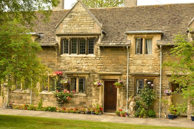Maison de retraite anglaise traditionnelle. vieux bâtiments, stamford, angleterre Photo Premium