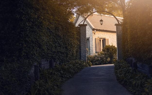 Maison de style vintage entourée d'arbres Photo Premium