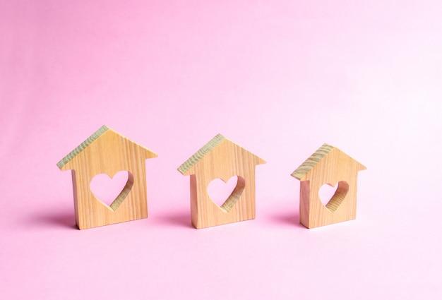 Maisons avec des coeurs à l'intérieur sur un fond rose Photo Premium