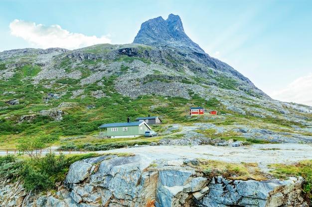 Maisons colorées près de la montagne Photo gratuit