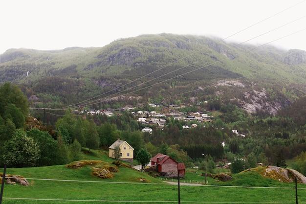 Maisons Solitaires Parmi Les Montagnes Photo gratuit