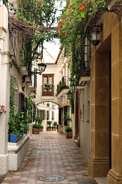 Maisons de village traditionnelles et rues étroites de la vieille ville de marbella Photo Premium