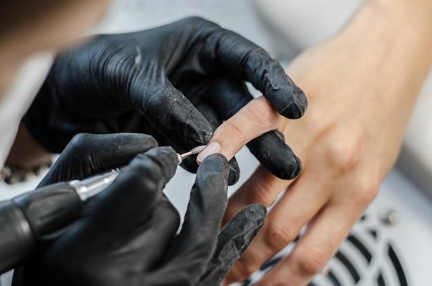 Le maître fait du matériel de manucure dans le salon de beauté Photo Premium