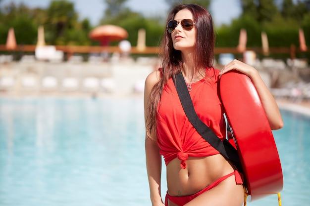 Maître nageur à la piscine Photo Premium
