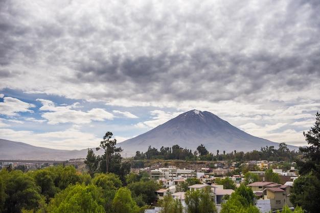 Majestueux volcan au pérou Photo Premium