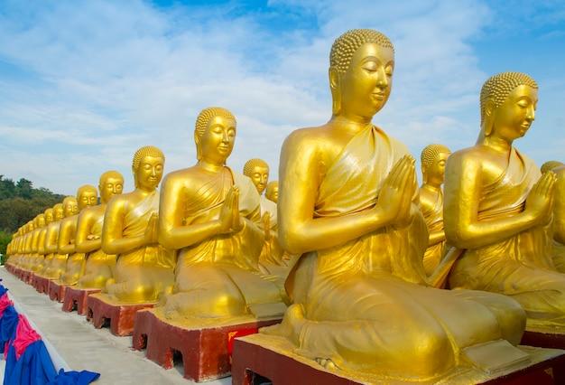 Makha bucha, bouddha avec la statue de 1250 disciples, nakhonnayok, thaïlande Photo Premium