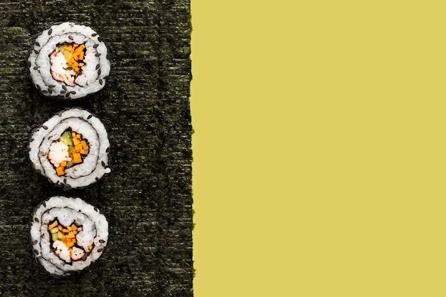 Maki Sushi Sur Nori Avec Espace De Copie Photo gratuit