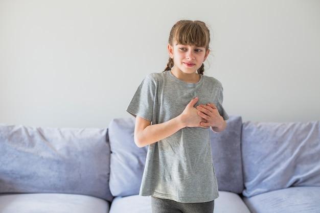 Malade fille ressent de la douleur Photo gratuit