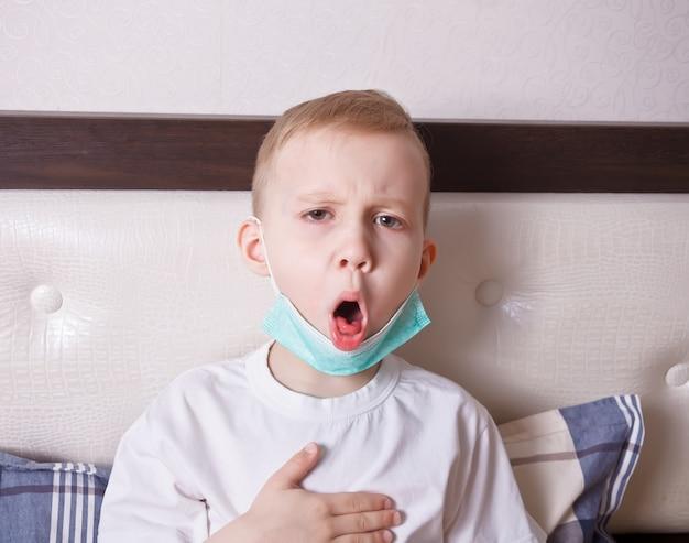 Malade souffrant de toux au lit à la maison Photo Premium