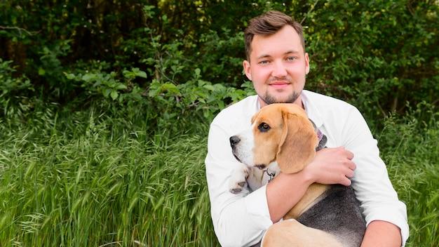 Mâle Adulte Tenant Son Adorable Beagle Photo gratuit