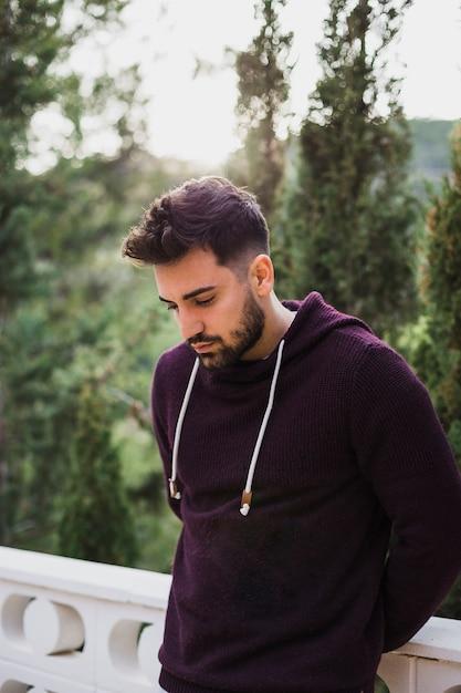 Mâle brutal avec la barbe debout Photo gratuit