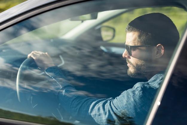 Mâle, lunettes soleil, conduire voiture Photo gratuit