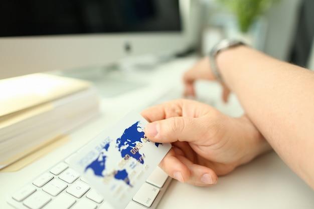 Mâle Main Tenir Une Carte Bancaire En Plastique Aganist Photo Premium