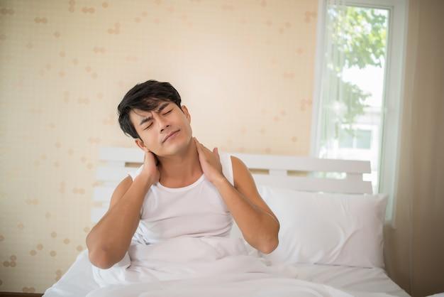 Mâle avec manque de sommeil dans le lit Photo gratuit