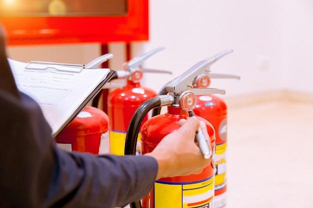 Male professional inspection extincteur, concept de sécurité. Photo Premium
