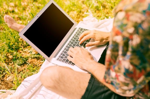 Mâle, surf, sur, ordinateur portable, dans, clairière Photo gratuit