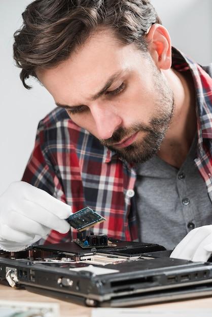 Mâle, technicien, examiner, ordinateur portable, ram Photo gratuit
