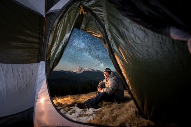 Mâle Touristique Se Reposer Dans Son Camping En Montagne La Nuit Photo Premium