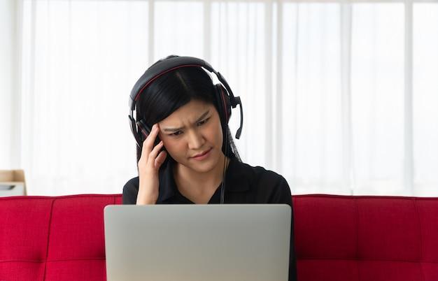 Malheureuse Femme Asiatique Assise Sur Un Canapé Et Une Vidéoconférence Avec Un Partenaire Commercial Sur Un Ordinateur Portable Photo Premium