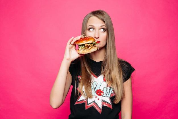 Malheureusement Fille Pensant Manger Savoureux Humburger Ou Non. Photo Premium