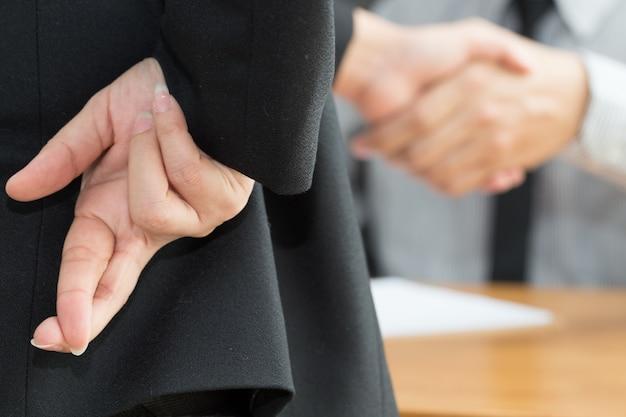 Malhonnêteté, concept de fraude d'entreprise, homme d'affaires montrant les doigts croisés Photo Premium