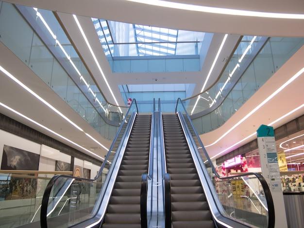 Mall, Intérieur Du Centre Commercial Avec Escaliers Mécaniques Dans Un Intérieur Lumineux Photo Premium
