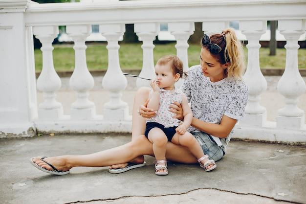Maman au repos avec sa fille Photo gratuit