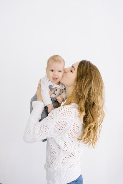 Maman baise son bébé sur la joue Photo Premium