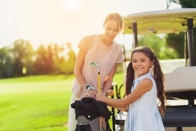 Maman et enfant sur un terrain de golf relations familiales. Photo Premium