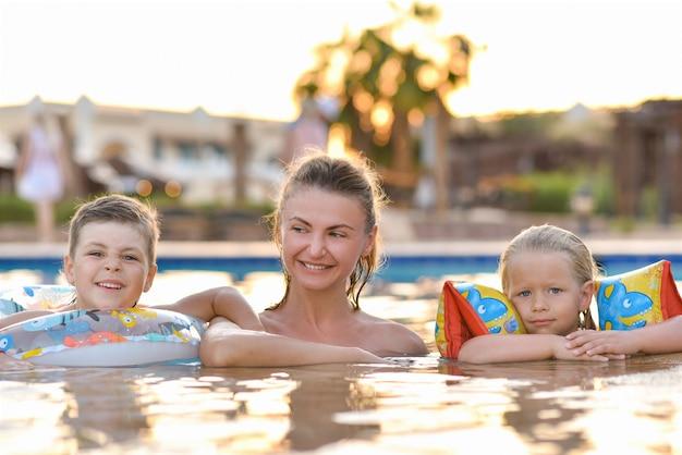 Maman De Famille Avec Enfants Dans La Piscine Photo Premium
