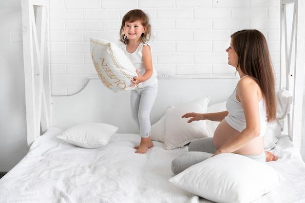 Maman et fille jouer ensemble Photo gratuit