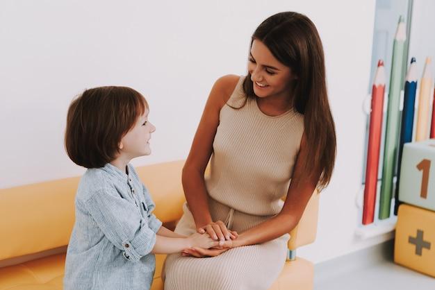 Maman Et Fils à La Clinique Enfants Soutien Psychologique. Photo Premium