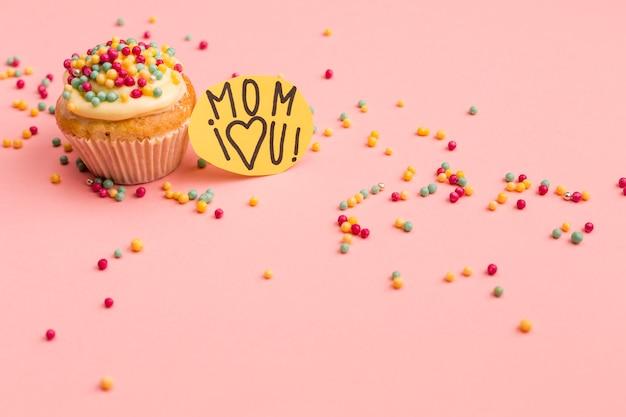 Maman Je T'aime Note Avec Cupcake Savoureux Photo gratuit
