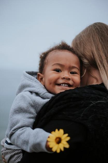 Maman Avec Jeune Fils Au Bord De L'eau Photo Premium
