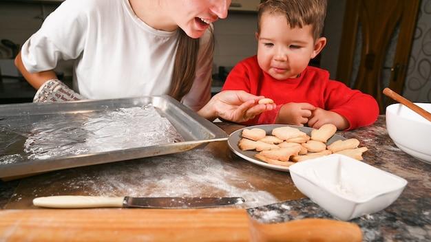 Maman Et Petit Fils Font Cuire Des Biscuits De Noël Ensemble Photo Premium