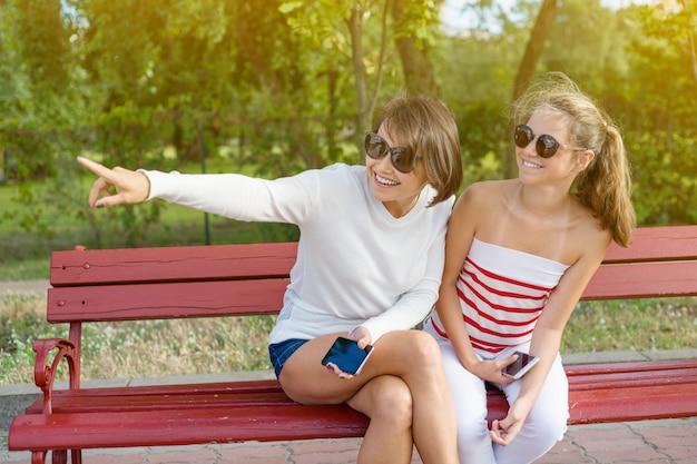 Maman et sa fille adolescente parlant Photo Premium