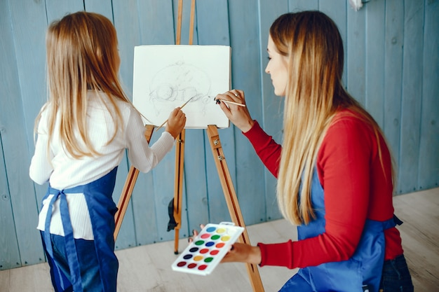 Maman et sa fille dessinent Photo gratuit