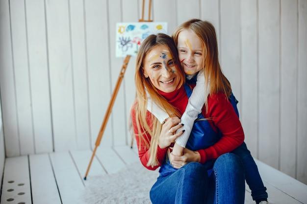Maman et sa fille dessinent Photo gratuit