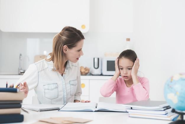 Maman Et Sa Fille Essaient De Résoudre La Tâche. Photo Premium