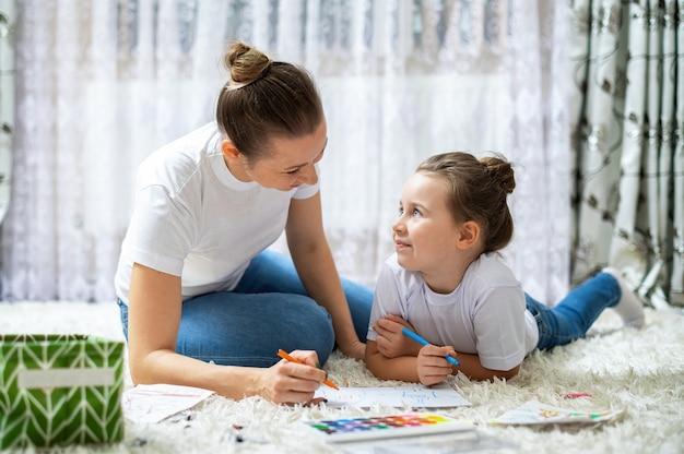 Maman Et Sa Fille Jouent Ensemble à La Maison Sur Le Sol. Heureux Et Souriant Photo gratuit