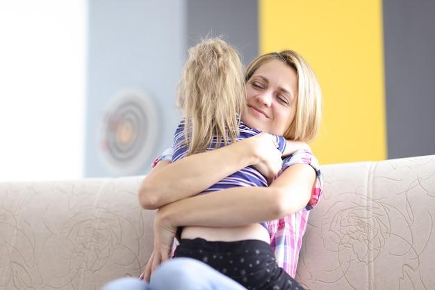 Maman Et Sa Fille S'embrassent Bien Sur Le Canapé Photo Premium