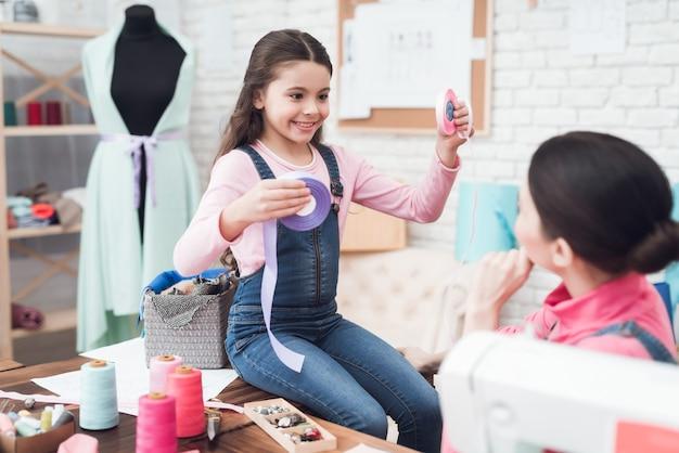 Maman et sa fille travaillent ensemble dans un atelier de couture. Photo Premium