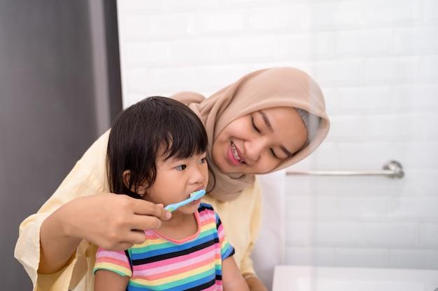 Maman Se Brosse Les Dents De Son Enfant Photo Premium