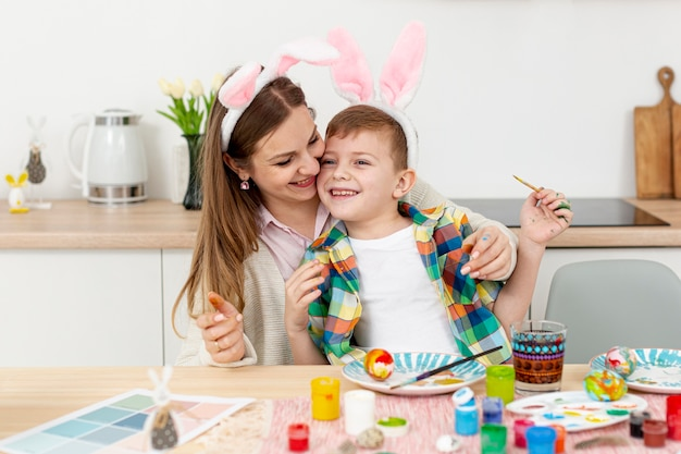 Maman Et Son Fils Avec Des Oreilles De Lapin Photo gratuit
