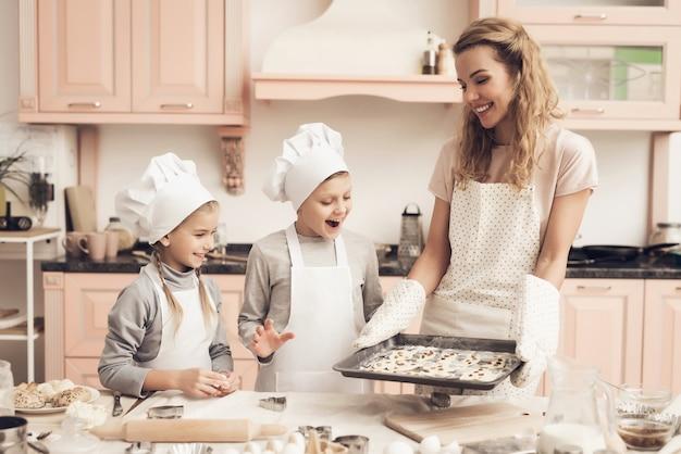 Maman Tient Une Casserole Avec Des Biscuits Happy Kids Excited. Photo Premium