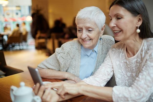 Mamies Sociales à L'aide De Téléphone Photo gratuit